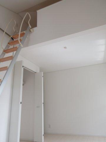 洋室(2)ロフト付き+勾配天井と天井が高いと開放的な空間になります。