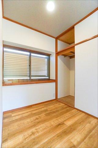 寝室にしてもよし!仕事部屋にしてもよしの洋室です。 落ち着きのある空間♪