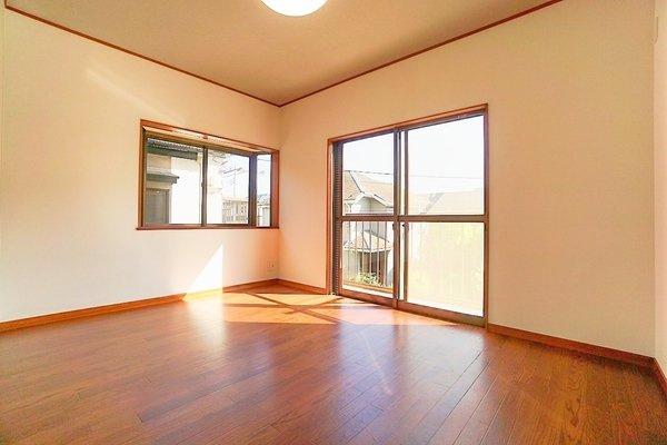 二面採光の明るいお部屋となっております。 落ち着きのある6帖の洋室です!