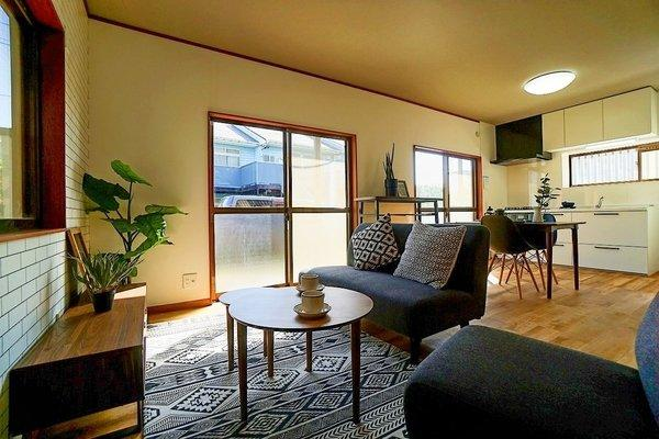 どこか落ち着きのある内装の12帖リビングです! 形もよく家具の配置もしやすいです!
