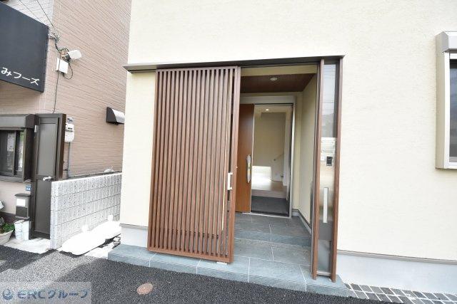 玄関ポーチの奥に玄関ドアがあり、防犯上安心でデザイン性に富み、玄関周りの小物整理にもどうぞ