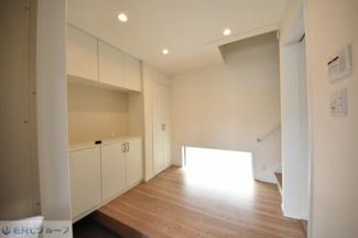 明り取りの窓から採光があふれ広い玄関に、シューズボックスやクローゼット完備