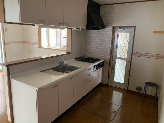 女性らしいデザインのキッチンとなっており、3口コンロ完備です!