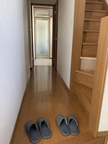 ※玄関から廊下を眺める