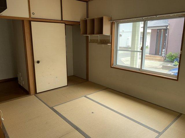収納スペースたっぷりの和室です