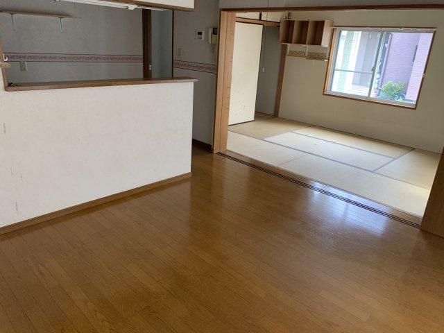 隣が和室になっているので来客スペースとしてもご活用いただけます!