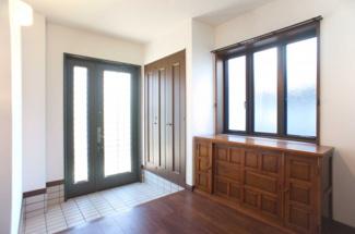窓の多い明るい玄関♪