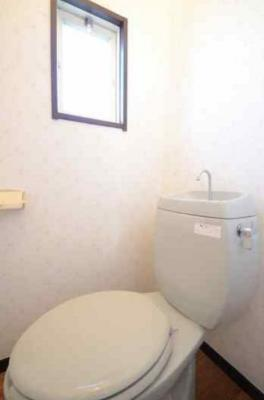 トイレには小窓もあって日が差し込み爽やかな雰囲気!