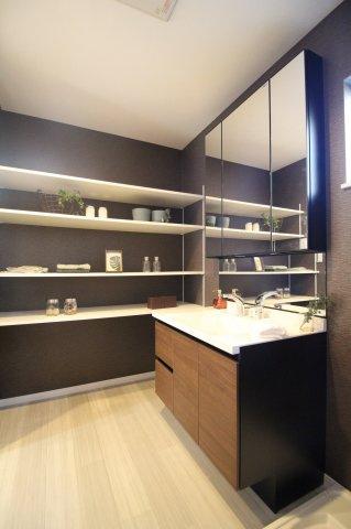 小窓付きの換気のできる洗面室♪ 収納力のある洗面台も標準です♪ (オプション仕様例)