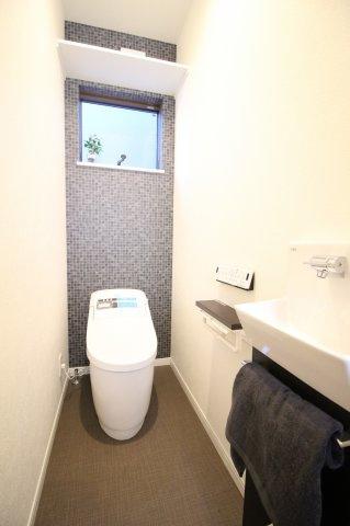 暗くなりがちなトイレも小窓をつけることで明るい空間に♪ 換気もばっちりです! (オプション仕様例)