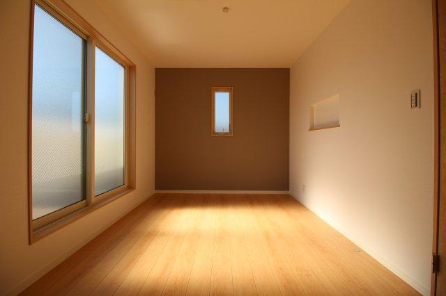 アクセントクロスを用いるとお部屋の表情が変わって見えます♪ (当社施工例)