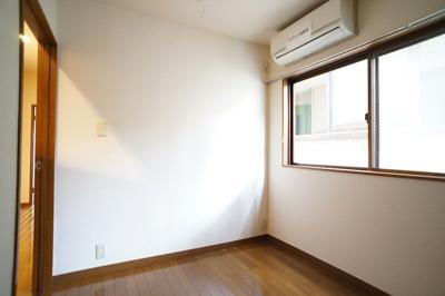 寝室にもエアコンがあります。