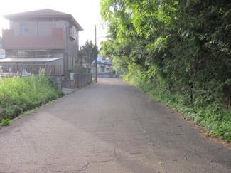 前面道路は約6m。お車の出し入れが楽です。
