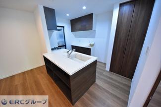 シンプルでウッドを基調とした使いやすいキッチンです。カップボードも標準装備です。
