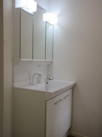 収納力と機能性に優れたお手入れラクラク三面鏡洗面化粧台です。朝の身支度もこれで快適。