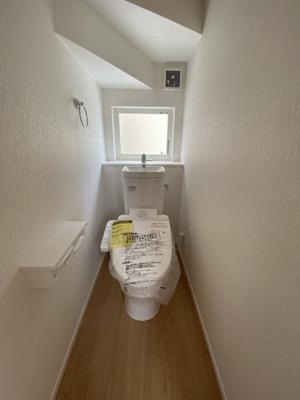 1F トイレ 温水洗浄便座付き。各階トイレ完備