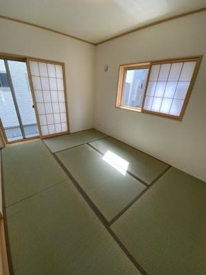 リビングと続き間になった和室。廊下側からも出入りできるため、客間として、寝室として、作業スペースとして…様々な用途に便利にお使いいただけます