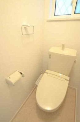 窓付きのトイレは明るく清潔感にあふれています。