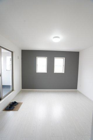 【同仕様施工例】バルコニーがあるお部屋です。大きな窓から明るい光が差し込みます。