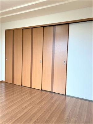 部屋との仕切りは扉になります
