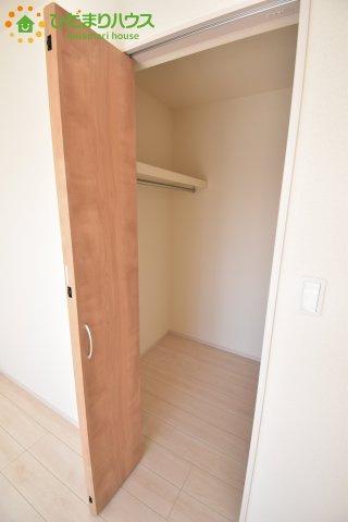 大容量のウォークインクローゼットのある主寝室。夫婦の洋服もたくさん収納できます。