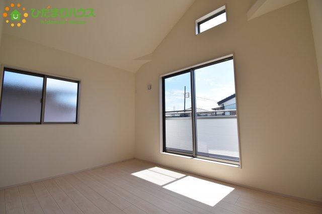 窓が多く、明るい空間の居室です(*^-^*)