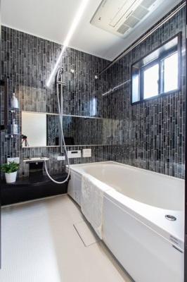 【現地写真】 浴室・・・Panasonic製が標準仕様♪ 1坪サイズの浴室です♪ TV付! 大阪ガスの 浴室冷暖房・ミストカワック・ミストサウナ も入っています♪ 浴室に窓があるのが 嬉しいですね♪