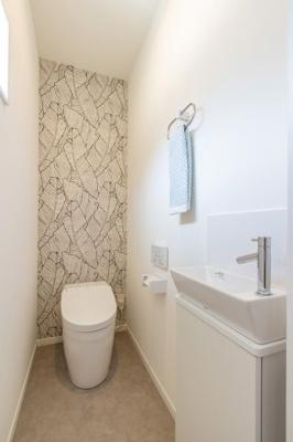 【現地写真】 トイレ・・・TOTO製が標準仕様♪ タンクレスで手洗い付きですよ♪ 奥様に、大人気商品♪