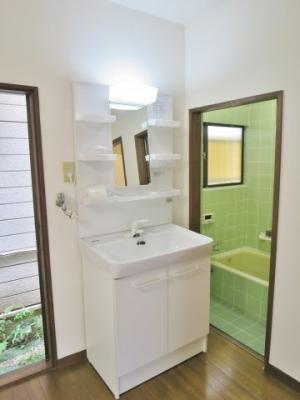 大きめの独立洗面台と浴室