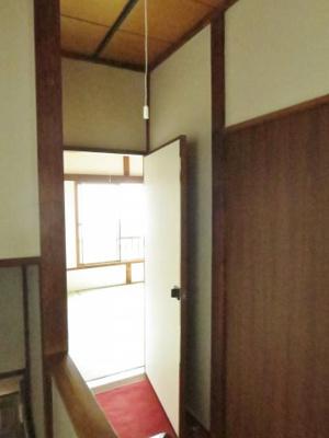 階段上がるとどちらの和室にもアクセスできます