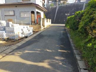 交通量の少ない前面道路 閑静な住宅街