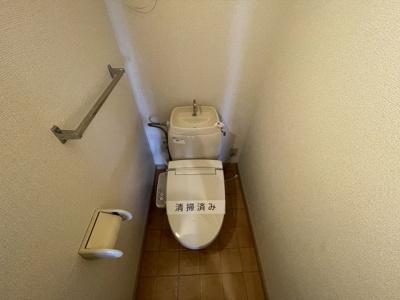人気のシャワートイレ・バストイレ別です♪横にはタオルを掛けられるハンガーもあります♪1階と2階の両方にあるのが嬉しいですね◎