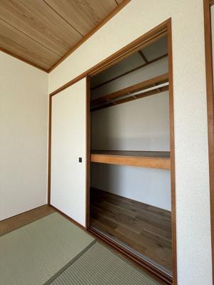 和室6帖のお部屋にある押入れです!押入れは寝具など、かさ張りやすいものの収納にぴったり☆お部屋がキレイに片付きます♪