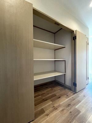 1階の廊下にある収納スペースです!奥行きのある収納で、かさ張るお掃除用品なども収納できて便利!
