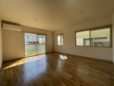 1階・テラスと専用庭に繋がる南向き角部屋三面採光14.5帖のリビングダイニングキッチン♪陽当たりが良く快適な空間です♪
