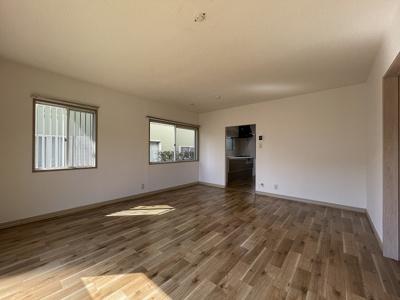 1階・14.5帖リビングダイニングキッチン、窓側からの眺めです☆椅子とテーブルを囲んで家族団欒の時間を過ごせます♪