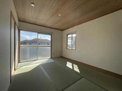 2階・バルコニーに繋がる南向き角部屋二面採光6帖の陽当たりの良い和室です!押入があるので和室は寝室にもオススメ☆