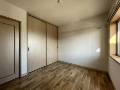 2階・収納スペースのある南向き洋室4.5帖のお部屋です!荷物をたっぷり収納できてお部屋がすっきり片付きます☆