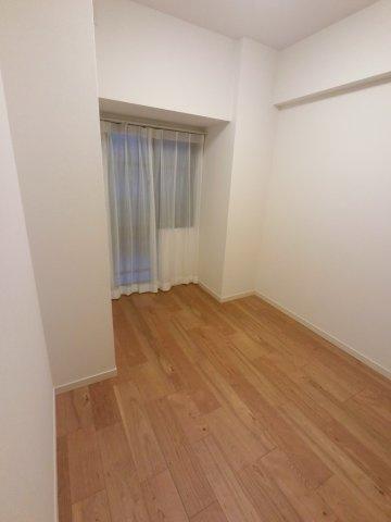4.9帖の洋室です。 こちらは書斎やお子様のお部屋にいかがでしょうか。
