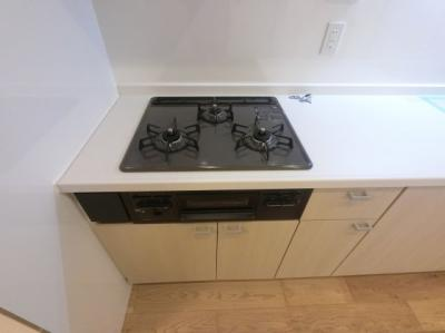 3口ガスコンロ。 汁物・おかず、作り置きなど同時に調理できとても便利です。