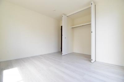 各居室に収納を設けておりますので、お部屋の空間を最大限に活用できます。ハンガーパイプ付きが嬉しい