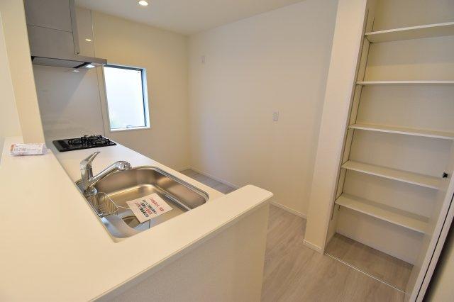キッチン横にはパントリーを併設しておりますので、消耗品や調味料などを収納可能です。