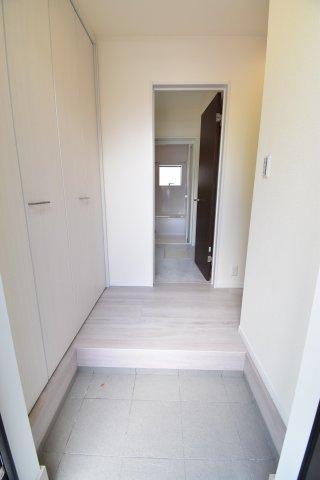 白を基調に清潔感ある仕上がりの玄関ホールは、来客時も自慢できるわが家の顔ですね。