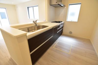 憧れの対面式オープンキッチンがこちらです。食洗機、浄水器も完備している奥様の強い味方です。