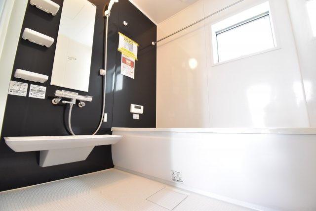 ゆったりした時間をこちらでお過ごし下さい。広々1坪タイプのバスルームは毎日の疲れを洗い流してくれます