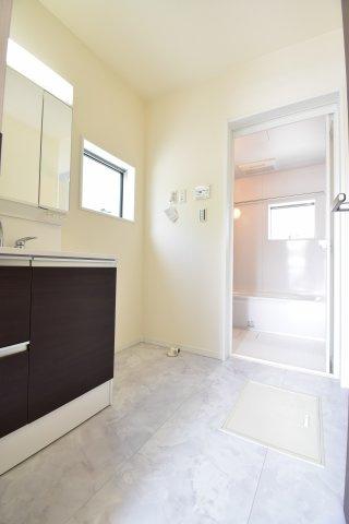 朝の混雑時でも窮屈にならない洗面所。洗面台はシャワーヘッド、三面鏡を完備し、機能性も良好です。