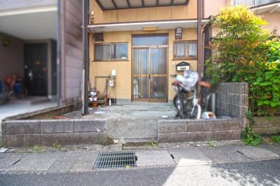 車は駐車できませんが、バイクや自転車などを置くスペースが十分あります。