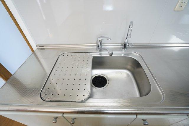 広いシンクで洗い物が楽しくなりそうですね。水切りもついて便利です。