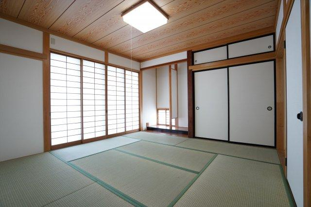 8帖和室です。懐かしい雰囲気で落ち着けるお部屋です。綺麗な畳で気持ち良く過ごせますよ。リビングと離れているので来客用のお部屋にも良いですね。和室が好きな家庭にあって嬉しいお部屋です。