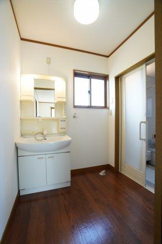 棚のある使いやすい洗面台です。脱衣室も広く、お風呂あがりの子供の服を着せるのもスムーズにできますよ。